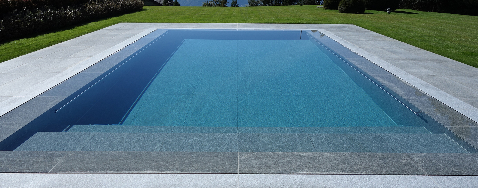 Construction piscine couverte pose dalles pav s b tons for Construction piscine
