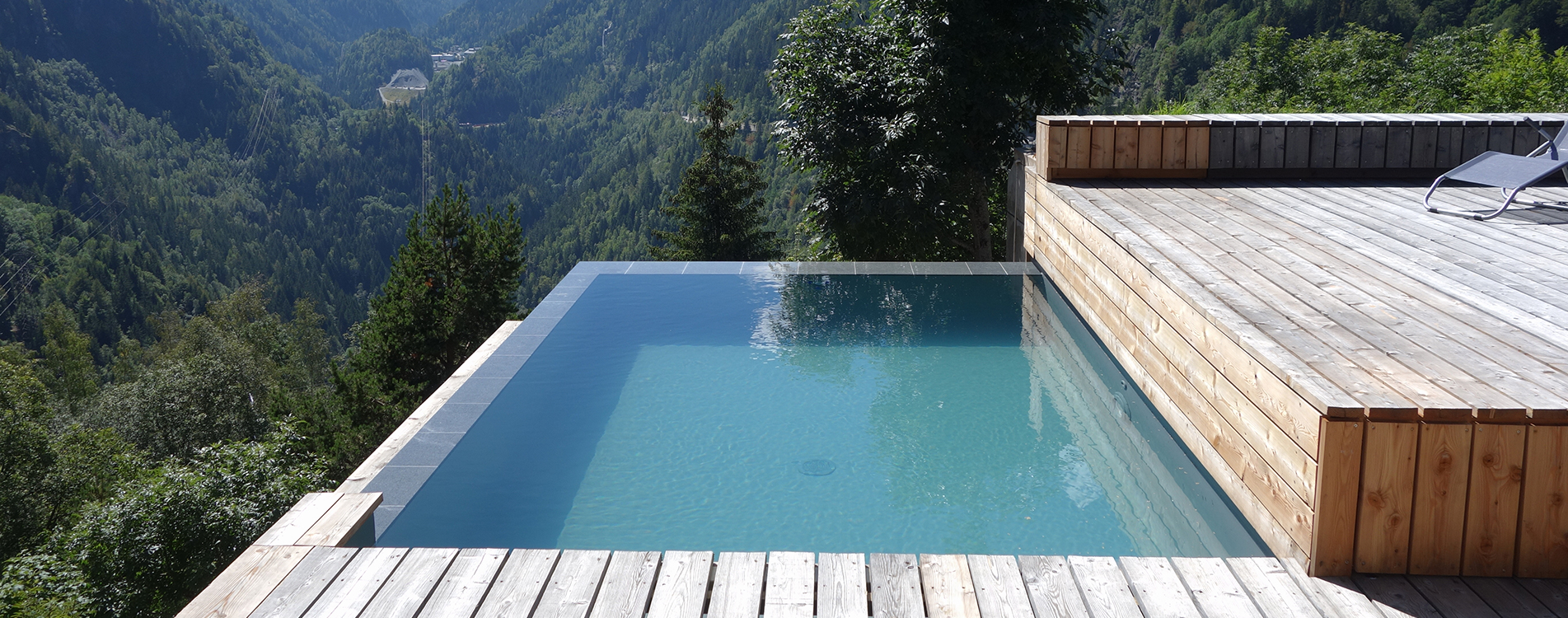 Construction piscine d bordement miroir suisse for Construction piscine
